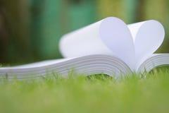 le livre a courbé une forme de coeur Images libres de droits