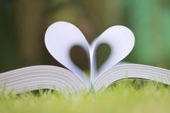 le livre a courbé une forme de coeur Photos stock