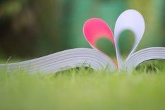 le livre a courbé une forme de coeur Image stock