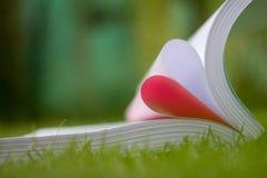 le livre a courbé une forme de coeur Photos libres de droits