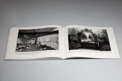 Le livre de Berlin Wall 1961-1989, Berlin Wall passe par une basse cour dans le domaine de Ritterfeld Photographie stock