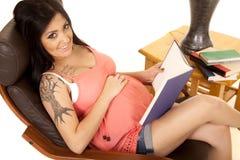 Le livre de chemise de rose de tatouage de femme recherchent Photo stock