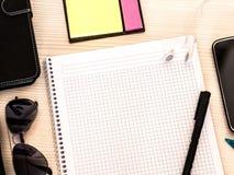 Le livre de mathématiques sur la table de cours et l'étudiant chassent des matériaux avec le papier de note image libre de droits