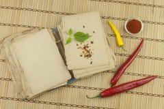Le livre de vieilles recettes Poivrons de piment, ingrédients pour la préparation alimentaire Place pour le texte Images stock