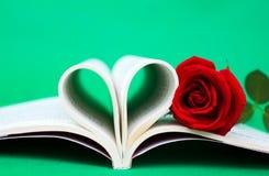 Le livre en forme de coeur et s'est levé Image stock