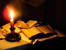 Le livre illumine l'obscurité Photographie stock libre de droits