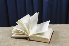 Le livre ouvert se trouve sur une table grise Images stock