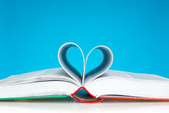 Le livre s'est plié dans une forme de coeur Images libres de droits