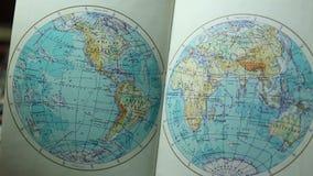 Le livre s'ouvre avec un globe banque de vidéos