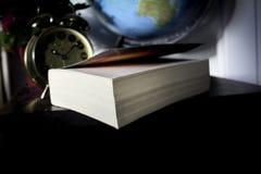 Le livre sur la table noire détendent le temps photos libres de droits