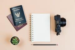 Le livre vide et le crayon de configuration plate pour la conception fonctionnent photos libres de droits
