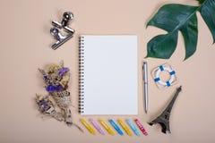 Le livre vide et le stylo de configuration plate, l'agrafe, la fleur sèche et la feuille verte pour la conception fonctionnent photo stock