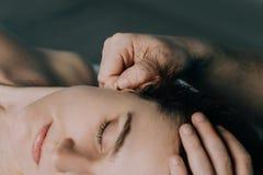Le lobe de l'oreille des femmes de massage image libre de droits