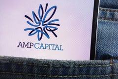 Le logo capital d'ampère montré sur le smartphone caché dans des jeans empochent image stock