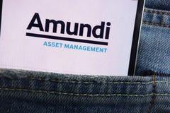 Le logo d'Amundi montré sur le smartphone caché dans des jeans empochent image libre de droits