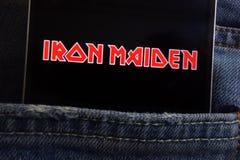 Le logo d'Iron Maiden montré sur le smartphone caché dans des jeans empochent images libres de droits