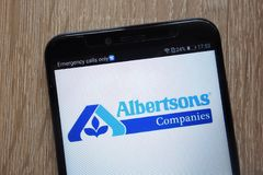 Le logo de compagnies d'Albertsons a montré sur un smartphone moderne images libres de droits