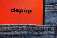 Le logo de Depop montré sur le smartphone caché dans des jeans empochent photo libre de droits