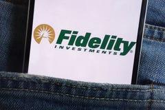 Le logo de Fidelity Investments montré sur le smartphone caché dans des jeans empochent photos libres de droits