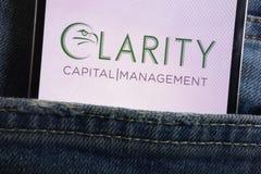 Le logo de gestion capitale de clarté montré sur le smartphone caché dans des jeans empochent image stock