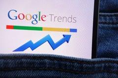 Le logo de Google Trends montré sur le smartphone caché dans des jeans empochent image stock