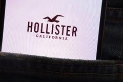 Le logo de Hollister montré sur le smartphone caché dans des jeans empochent photo libre de droits