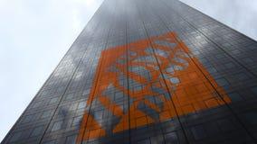 Le logo de Home Depot sur les nuages se reflétants d'une façade de gratte-ciel, laps de temps Rendu 3D éditorial banque de vidéos