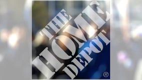 Le logo de Home Depot sur un verre contre la foule brouillée sur le steet Rendu 3D éditorial clips vidéos