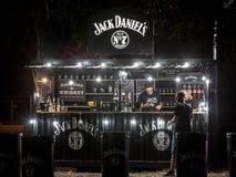 Le logo de Jack Daniel sur la terrasse d'une barre commanditée à Belgrade Jack Daniel est une distillerie américaine de whiskey d images stock