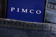 Le logo de Pimco montré sur le smartphone caché dans des jeans empochent photographie stock