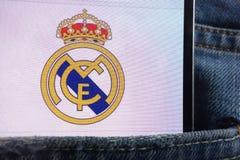 Le logo de Real Madrid montré sur le smartphone caché dans des jeans empochent images stock
