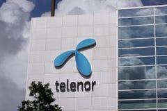 Le logo de société de Telenor se connectent le bâtiment Images libres de droits