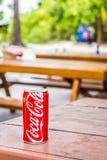 Le logo du ` s de Coca-Cola sur un coke peut sur la table photo libre de droits