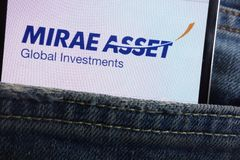 Le logo global d'investissements de capitaux de Mirae montré sur le smartphone caché dans des jeans empochent images libres de droits