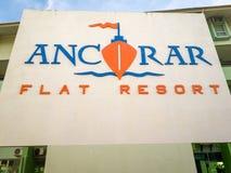 Le logo plat de station de vacances d'Ancorar se connectent le fond blanc imprimé sur le mur à Porto de Galinhas, Brésil photos stock