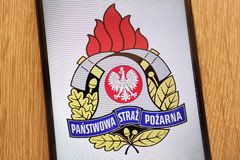 Le logo polonais des sapeurs-pompiers de Panstwowa Straz Pozarna a montré sur un smartphone moderne photo stock