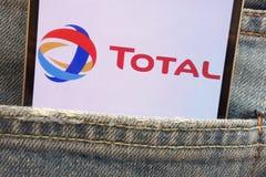 Le logo total montré sur le smartphone caché dans des jeans empochent images libres de droits