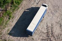 Le long camion sur le stationnement Images libres de droits