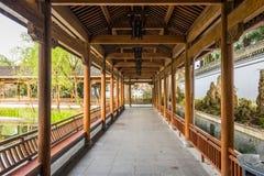 Le long couloir dans le jardin de Duojing Images stock