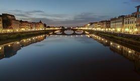 Le long d'Arno River à Florence - en Italie images stock