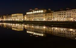Le long d'Arno River à Florence - en Italie photographie stock