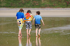 le long de la marche d'enfants de plage Image stock