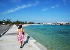 Le long de la plage de Nassau Image stock