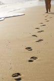 le long des empreintes de pas de plage d'isolement Photos libres de droits