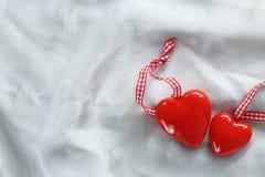 le long du fond la couleur a circulé des coeurs rament sans joint le valentine Photographie stock libre de droits