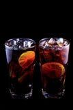 Le Long Island de deux cocktails a glacé le thé sur un fond noir Photographie stock