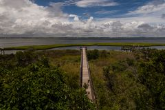 Le long pilier au bruit de Bogue, Emerald Isle, la Caroline du Nord débarque photo libre de droits