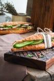 Le long sandwich à baguette avec le bifteck de boeuf coupe en tranches le concombre et l'épice Image stock