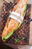 Le long sandwich à baguette avec le bifteck de boeuf coupe en tranches le concombre et l'épice Image libre de droits