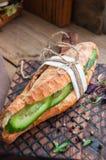 Le long sandwich à baguette avec le bifteck de boeuf coupe en tranches le concombre et l'épice Photo stock